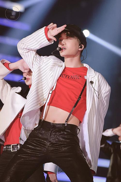 Không thể phủ nhận độ sexy của Kai nhưng không ít netizen phản cảm với phong cách hở hang, những động tác cố ý véo áo cao, khoe hình thể của thành viên EXO.