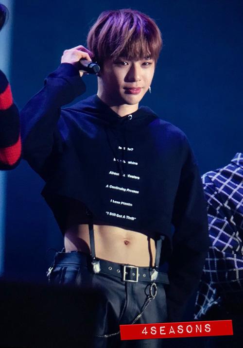 Trong concer của Wanna One, trang phục của Kang Daniel khiến các fan không biết nên vui hay buồn. Anh chàng mặc crop top. để lộ cơ bụng 6 múi săn chắc. Những chiếc áo khoe eo không còn là đặc quyền của con gái, idol nam mặc áo ngày càng ngắn, nữ tính hơn.