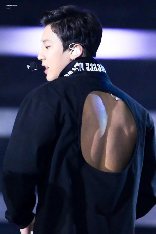 Người không hiểu stylist có dụng ý gì khi để Chan Yeon (EXO) mặc áo khoét sau lưng, khoe da thịt.