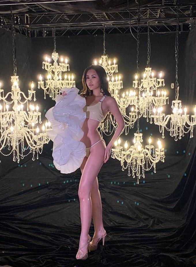 <p> Cùng ngày 11/1, Ngân Anh bước vào phần thi photoshoot với trang phục bikini.Diện bộ bikini hai mảnh gam màu ánh kim, Ngân Anh được khen ngợi sở hữu vóc dáng gợi cảm.</p>
