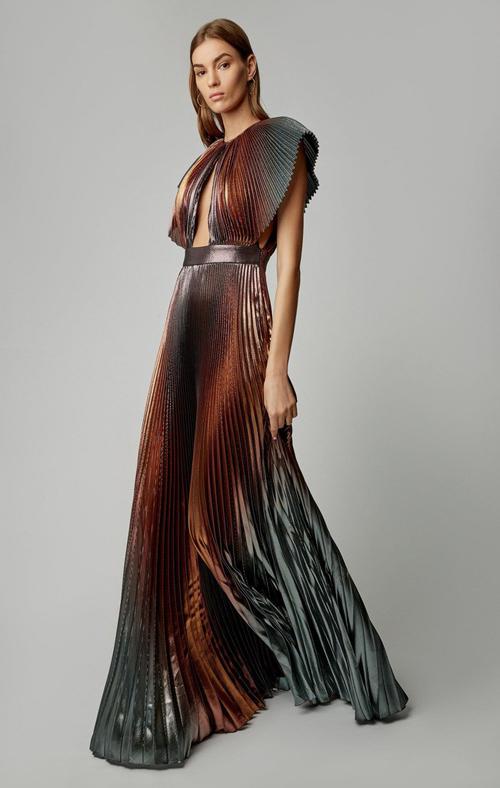 Thiết kế khiến hot girl Hà thành phải hao tâm tổn sức dù chỉ mặc một lần này đến từ thương hiệu cao cấp Givenchy, thuộc BST Xuân 2019 và có giá bán khoảng 190 triệu đồng.
