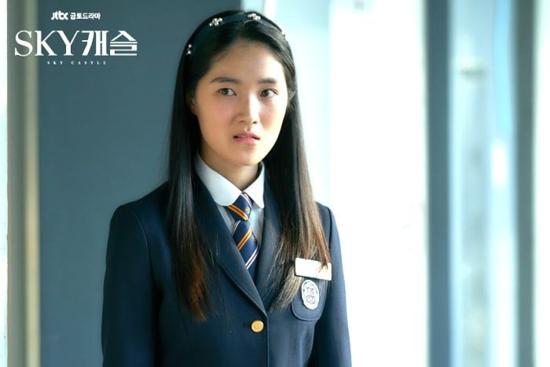 Kang Ye Seol được bình chọn là nhân vật được yêu thích nhất Sky Castle dù tính cách của cô vẫn gây nhiều trang cãi. Ye Seol là cô con gái lớn của Yum Jung Ah, người bị ám ảnh bởi mục tiêu phải vào được Đại học Quốc gia Seoul (SNU). Cô nàng thực sự quyết tâm trong việc học hành, có cả một tập đoàn gia sư hùng hậu để giúp hoàn thành ước mơ vào trường đại học hàng đầu xứ Hàn.