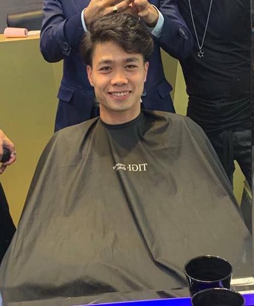 Nổi tiếng là chân sút điệu nhất trong tuyển Việt Nam, Công Phượng dành những ngày nghỉ ngơi đầu tiên cho việc làm mới diện mạo. Vừa thử nghiệm kiểu tóc xoăn súp lơ chưa được bao lâu, anh chàng lại đổi kiểu tóc mới.