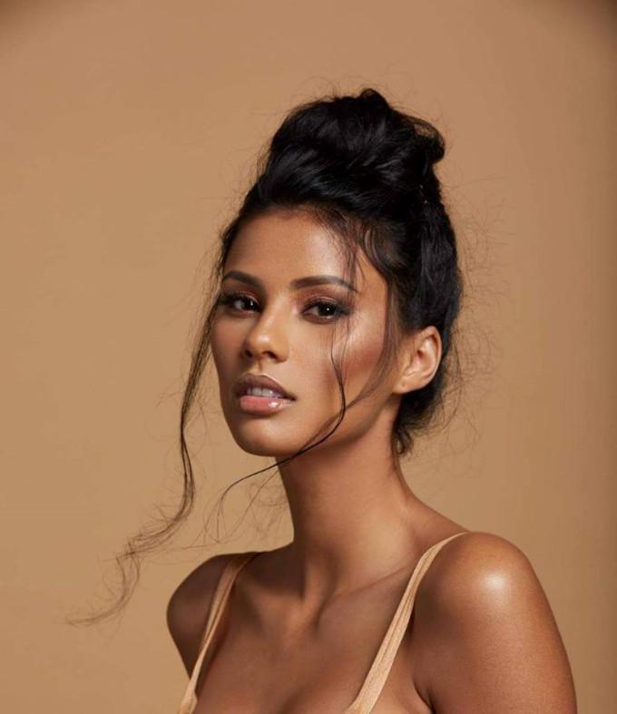 <p> Tamaryn Green - Á hậu 1 Miss Universe 2018 -ngoài lối ứng xử thông minh và phong thái tự tin còn gây chú ý với nhan sắc ngọt ngào nhưng không kém phần kiêu sa, quyến rũ. Cô gái Nam Phi năm nay vừa tròn 23 tuổi.</p>