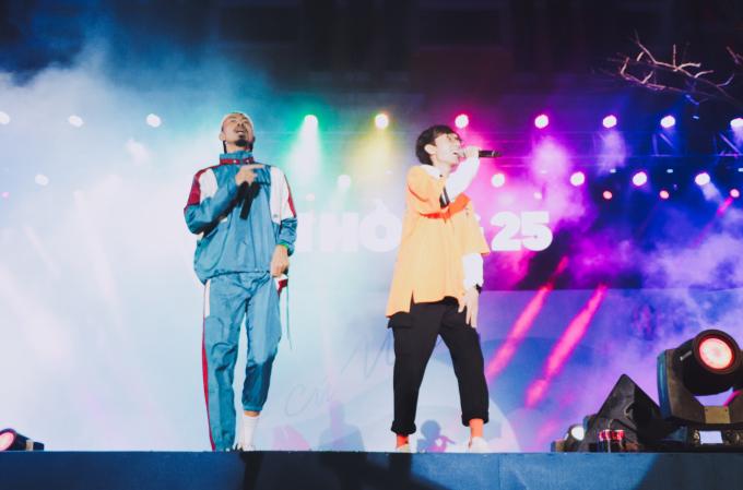 """<p> Đen, Vũ và Lynk Lee cũng có màn kết hợp ấn tượng với ca khúc """"Anh đếch cần gì ngoài em"""".</p>"""