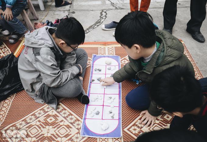 <p> Nhiều trò chơi dân gian như ô ăn quan, nhảy lò cò,… không chỉ thu hút nhiều bạn nhỏ mà còn dịp để người lớn được ôn lại kỷ niệm tuổi thơ.</p>