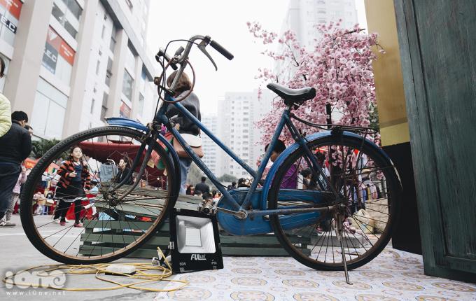 """<p> Xe đạp Favorite(một loại xe của Tiệp Khắc cũ) nó gắn liền vớicâu truyền miệng nổi tiếng: """"Làm trai cho đáng nên trai/Có Pha vơ rít, có đài giắt lưng"""".</p>"""