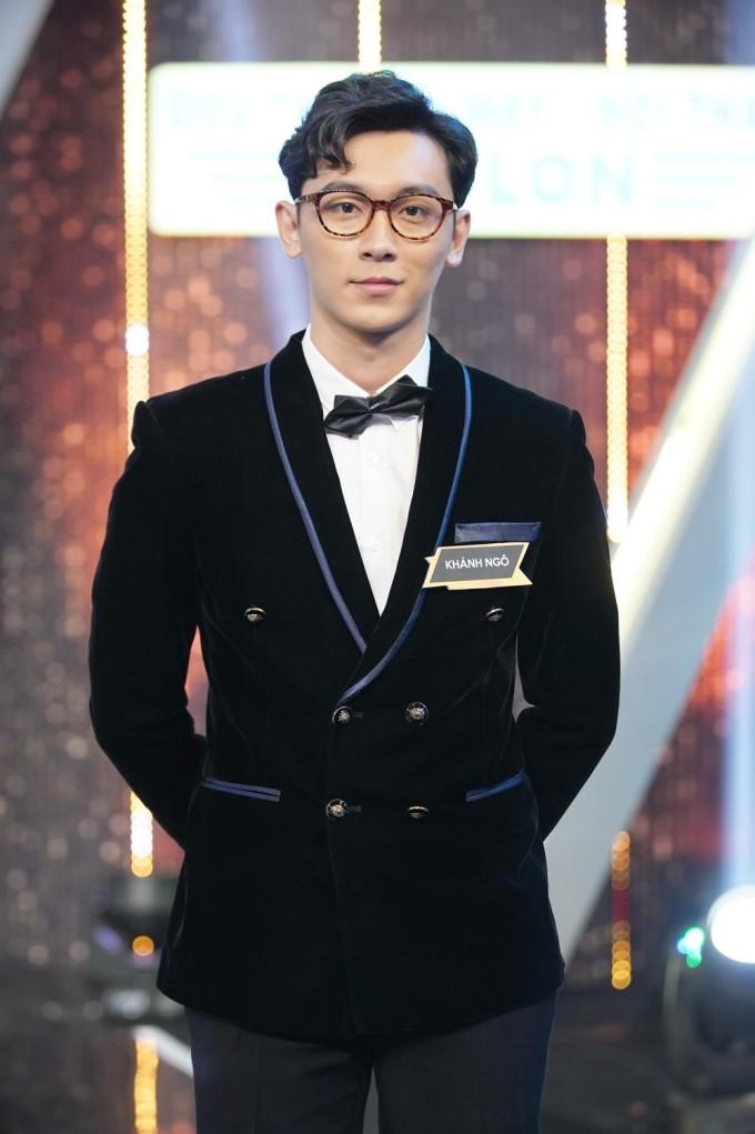 """<p> Khánh Ngô - chàng trai xuất hiện trong chương trình """"Người ấy là ai"""" gần đây - thu hút sự chú ý. Anh chàng là một người mẫu, diễn viên. Vẻ ngoài thư sinh, nụ cười bẽn lẽn của 9x khiến nhiều cô gái xao xuyến.</p>"""