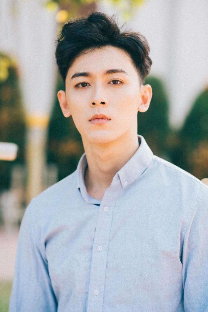 """<p> Khánh Ngô từng được mời diễn xuất trong MV """"Người em tìm kiếm"""" của ca sĩ Min. Anh chàng cũng xuất hiện trong vài bộ phim sitcom.</p>"""