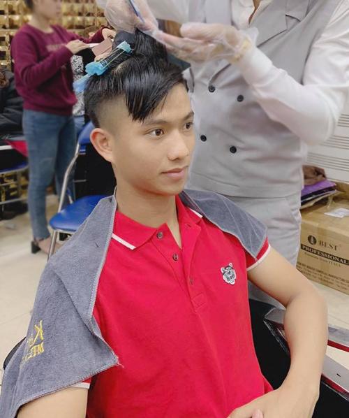 Vừa về nước sau những ngày thi đấu tại Asian Cup 2019, Phan Văn Đức liền tới salon tút tát diện mạo. Anh chàng cắt bớt phần tóc dài, đồng thời uốn mái bồng bềnh để có kiểutóc sành điệu đón Tết.