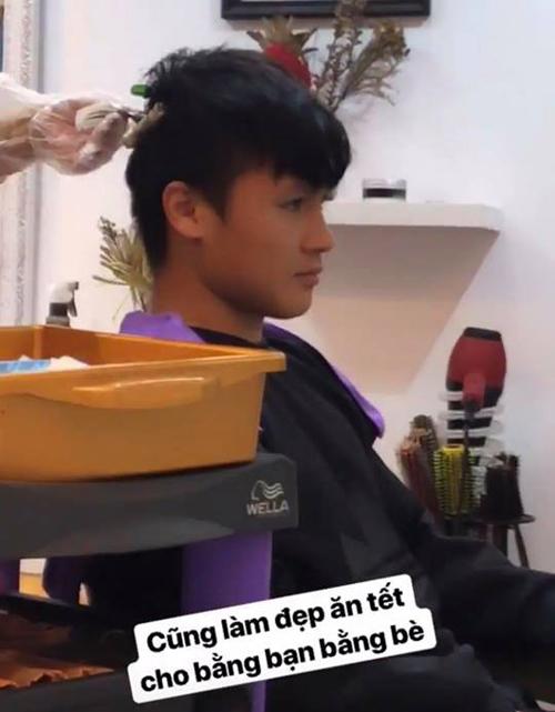Sau mỗi lần thi đấu xa nhà, Quang Hải luôn tranh thủ tân trang vẻ ngoài khi về nước. Anh chàng là gương mặt đắt show quảng cáo nhất tuyển Việt Nam hiện nay.