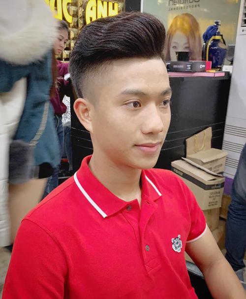 Sau khi được tạo kiểu tóc mới, Phan Văn Đức trông thêm phần sáng sủa, điển trai.