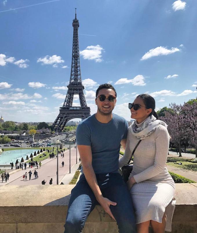 <p> Tháp Eiffel - biểu tượng nước Pháp cũng là điểm dừng chân của cặp đôi. Gallman chia sẻ, với cô cuộc sống là sự tận hưởng để bản thân không phải nuối tiếc bất kỳ điều gì.</p>