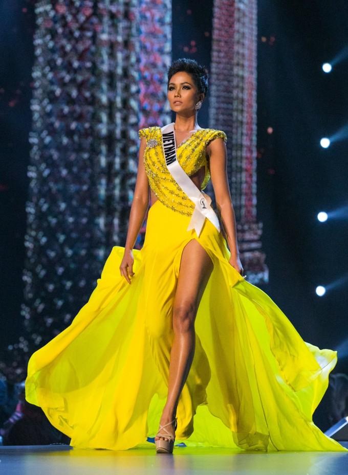 <p> Với kết quả này, H'Hen Niê làm nên lịch sử khi là người đẹp đầu tiên của Việt Nam được <em>Missosology</em> vinh danh với danh hiệu <em>Timeless Beauty for the year</em> (Vẻ đẹp vượt thời gian). Cô cũng là người châu Á thứ 3 giành được giải thưởng này, kể từ năm 2010. Người đẹp Ê-đê năm nay 27 tuổi, cao 1,73m cùng số đo ba vòng 83-60-97 cm.</p>