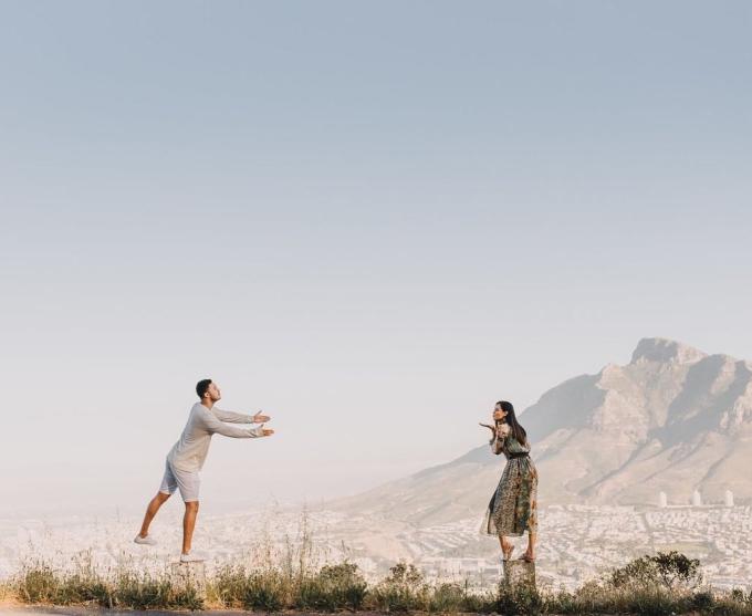 <p> Gallman và hôn phu có sở thích du lịch bụi. Cả hai thường đến những nơi có khung cảnh thiên nhiên hùng vĩ. Trong hình, Hoa hậu Liên lục địa và Garton tạo dáng tinh nghịch tại Cap Town, Nam Phi.</p>