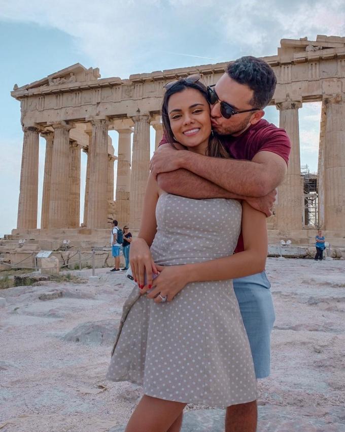 """<p> Gallman và bạn trai hẹn hò tại Athens, Hy Lạp. Đến thăm nhiều quốc gia trên thế giới, mỹ nhân Philippines tâm sự: """"Đối với tôi, du lịch mang đến trải nghiệm về những cách sống khác nhau, những nền văn hóa, lịch sử đa dạng. Du lịch giúp mỗi người nâng cao kiến thức về thế giới"""".</p>"""