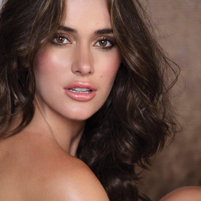 <p> Irene Esser - Á hậu 2 Miss Universe là Hoa hậu đẹp nhất thế giới năm 2012. Tại Hoa hậu Hoàn vũ 2012, vẻ đẹp và bản lĩnh sân khấu dày dặn của Irene được các chuyên gia đánh giá không có đối thủ. Tuy nhiên, sự thể hiện không tốt ở phần thi ứng xử khiến đại diện Venezuela mất đi vương miện hoa hậu.</p>