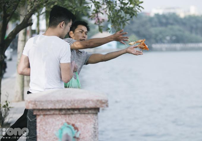 <p> Sáng 28/1 (23 tháng Chạp), sau lễ cúng ông Công ông Táo nhiều người dân Hà Nội tìm đến ao hồ để thả cá chép.</p>