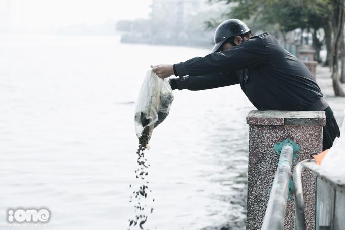 <p> Nhiều túi ốc cũng bị phóng sinh thẳng xuống hồ.</p>