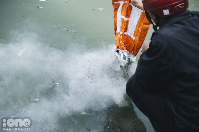 <p> Nhiều người dân thiếu ý thức đổ tro hóa vàng trực tiếp xuống mặt hồ gây ô nhiễm.</p>