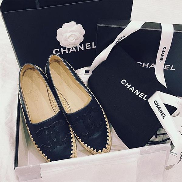 Đôi loafer đế cói của Chanel là một trong những món đồ bất hủ mà tín đồ thời trang nào cũng muốn sở hữu. Duy Mạnh tặng món quà này cho Quỳnh Anh sau một lần đi thi đấu.