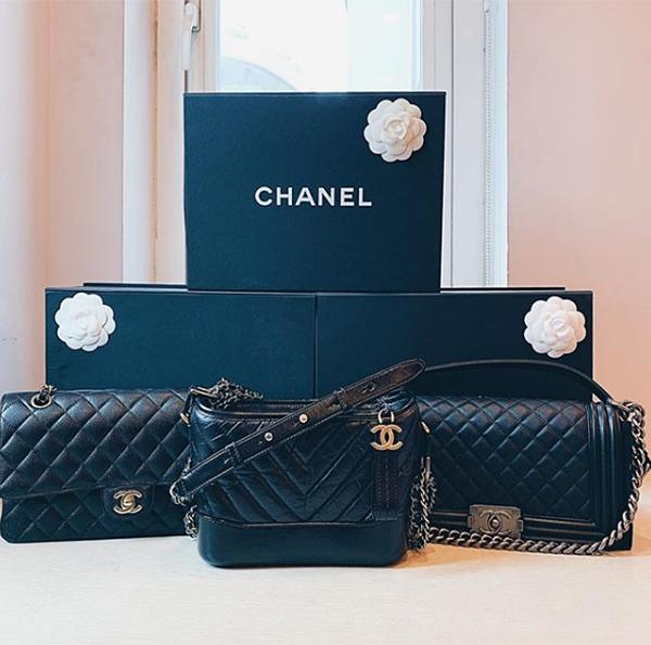 Cách đây không lâu, anh chàng vừa khiến fan nữ đua nhau ngưỡng mộ khi mua cho bạn gái chiếc Chanel Boy có giá khoảng 80 triệu đồng.