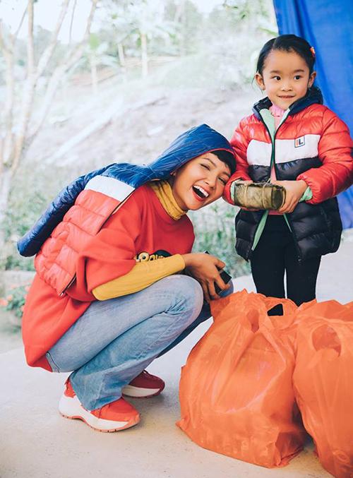Những hình ảnh của HHen Niê khi đi từ thiện luôn mang đến cảm giác gần gũi, thân thiện. Nhiều fan quốc tế khen Hoa hậu Hoàn vũ Việt Nam 2017 có trái tim ấm áp.