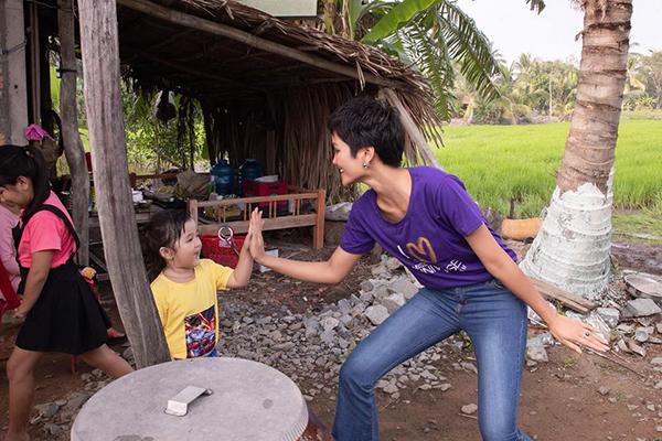 HHen Niê rất tích cực vui đùa, giao lưu cùng các em nhỏ để tạo ra không khí thoải mái. Cô không e ngại việc bị chụp hình mọi lúc mọi nơi, có thể bị ghi lại những hình ảnh khó đỡ.