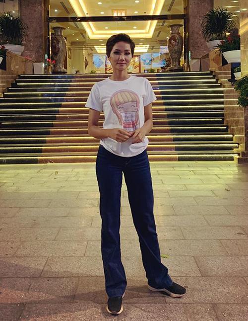 Cô là Hoa hậu Việt Nam độc nhất vô nhị khi vô tư diện áo phông 40k, đi giày lấm bẩn.