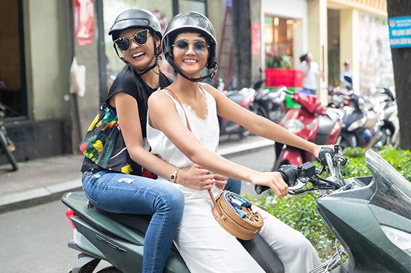 Khi Hoa hậu Nhật Bản 2018 đến thăm Sài Gòn, HHen Niê đưa bạn đi thăm thú bằng xe máy, ăn lề đường thay vì đưa rước bằng xe hơi, vào các nhà hàng sang trọng.
