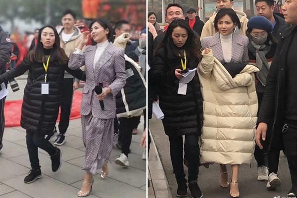 Trong khi mọi người mặc áo phao to sụ, Lưu Đào chỉ mặc vest và đi sandals hở chân. Hát xong là nữ diễn viên lập tức tròng áo phao lên người để chắn gió.