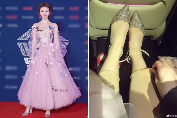 Cảnh Điềm mặc váy xòe công chúa lên thảm đỏ đầy tự tin. Cô nàng khoe rằng đã mặc quần legging màu da bên trong, vừa giữ ấm cho đôi chân lại vừa không bị lộ.