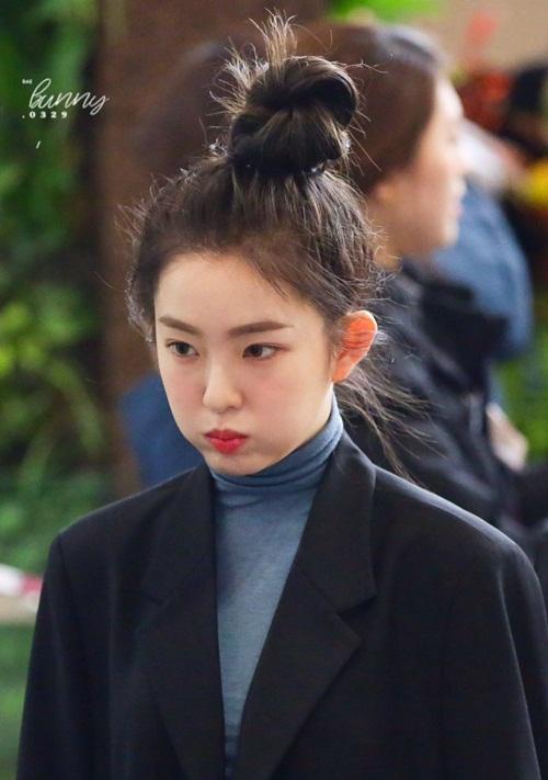 So với hình ảnh tóc dài truyền thồng quen thuộc, kiểu tóc này giúp Irene làm mới phong cách và khoe khéo vầng trán hoàn hảo.