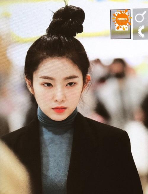 Một số bình luận: Cô ấy xinh đẹp tuyệt vời khi để kiểu tóc này. Những sợi tóc rối tung càng khiến Irene cuốn hút; Khuôn mặt trái xoan được khoe trọn vẹn mỗi lần Irene để tóc cao; Irene có vầng trán chuẩn mực nên để tóc nào cũng đẹp hết; Phong cách tóc messy bun này rất hợp với cô ấy; Làn da của Irene cũng rất đáng ghen tị. Tôi thích lớp nền mỏng mịn đó hơn là những lần đánh phấn quá trắng như trước đây; Lịch trình mệt mỏi như vậy mà nhan sắc Irene vẫn luôn trẻ trung xinh đẹp, thật đáng ngưỡng mộ&