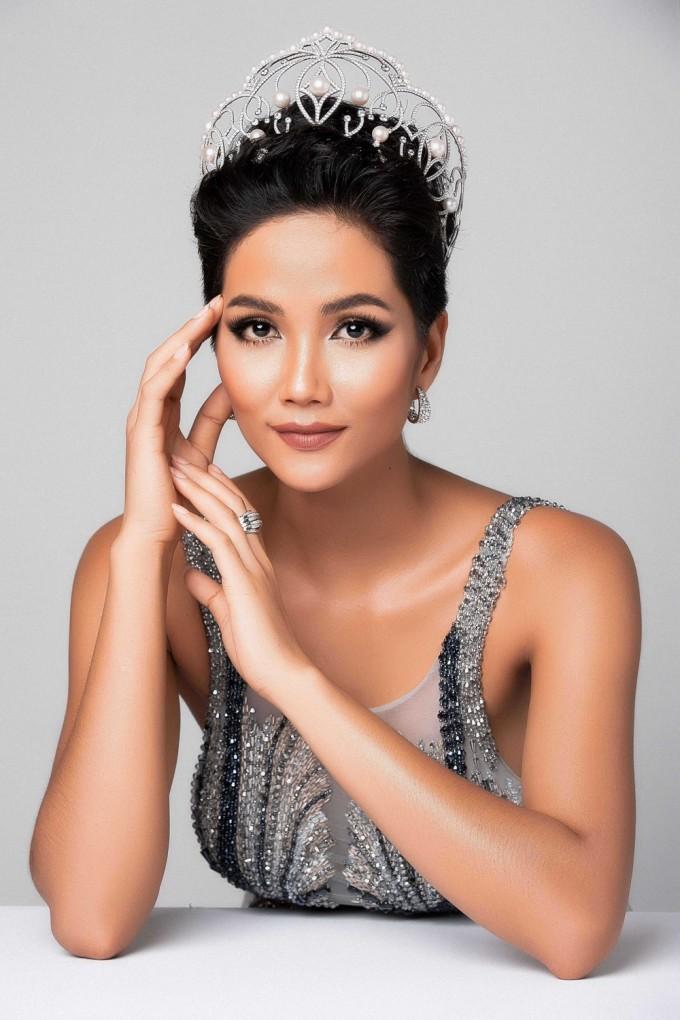 """<p> H'Hen Niê vừa làm nên lịch sử khi là người đẹp Việt đầu tiên chiến thắng giải thưởng """"Timeless Beauty for the year (Vẻ đẹp vượt thời gian) - Hoa hậu đẹp nhất năm 2018 - do chuyên trang Missosology bình chọn. Trước đó, Hoa hậu Hoàn vũ Việt Nam 2017 tạo nên cơn sốt trên truyền thông quốc tế với thành tích Top 5 Miss Universe 2018 cùng <a href=""""https://ione.net/tin-tuc/thoi-trang/nhung-dieu-khac-biet-tao-nen-mot-h-hen-nie-dep-vuot-thoi-gian-3875266.html"""">vẻ đẹp khác lạ</a>, câu chuyện cuộc sống truyền cảm hứng mạnh mẽ.</p>"""