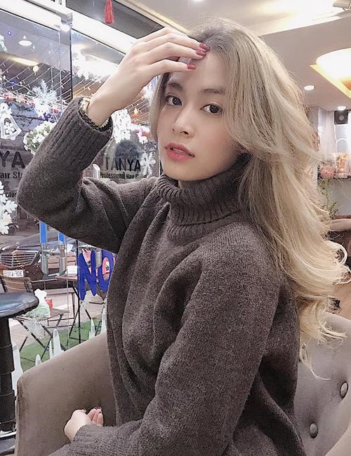 Đây là lần đầu tiên Hoàng Thùy Linh thử nghiệm màu tóc nổi bật, chất chơi này. Vốn sở hữu làn da trắng, đường nét sắc sảo nên nữ ca sĩ không khó chinh phục tóc vàng.