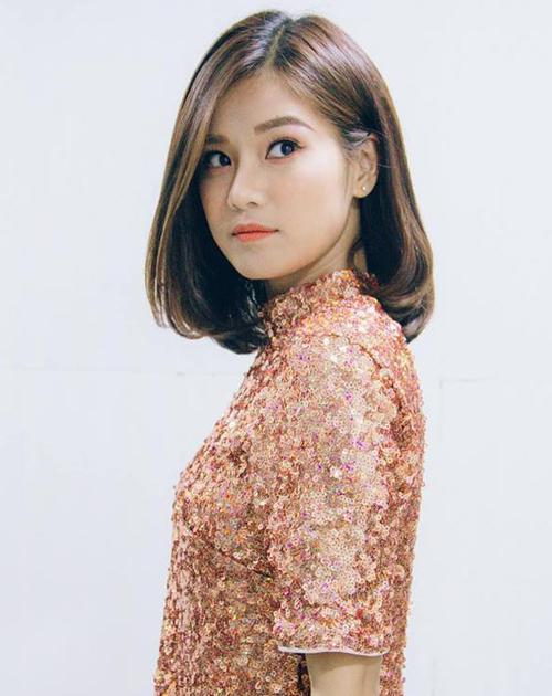 Hoàng Yến Chibi đổi tóc liên tục, khi dài khi ngắn như tắc kè hoa. Tuy nhiên quen thuộc nhất với cô nàng vẫn là tóc lob chia ngôi lệch, tông màu nâu sáng tự nhiên.