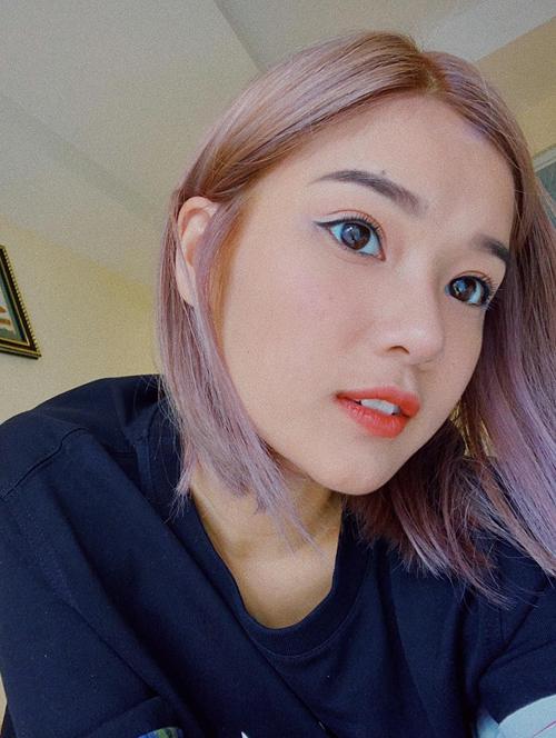 Gần đây, cô nàng lần đầu thử nghiệm màu tóc tím khói mơ màng ảo diệu. Vẫn là kiểu tóc cũ nhưng khi được nhuộm tông màu sáng bừng, làn da trắng của Yến Chibi càng được tôn lên.