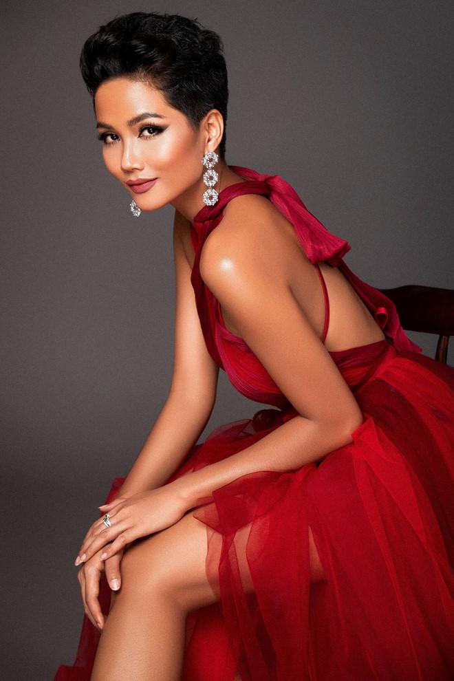 """<p> 2018 là năm thành công trong sự nghiệp của <a href=""""https://ione.net/tin-tuc/thoi-trang/nhung-dieu-khac-biet-tao-nen-mot-h-hen-nie-dep-vuot-thoi-gian-3875266.html"""">H'Hen Niê </a>khi cô vào top 5 Miss Universe và trở thành 'Hoa hậu đẹp nhất năm' do Missosology bình chọn.</p>"""