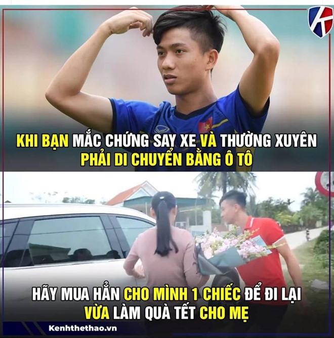 """<p> Mới đây, Phan Văn Đức mua ôtô tại TP Vinh, Nghệ An với giá hơn một tỷ đồng. Đây là lần đầu tiên cầu thủ sinh năm 1996 mua xe hơi. """"Trò cưng"""" của HLV Park Hang-seo chia sẻ, đây là món quà bất ngờ anh muốn tặng mẹ, sau một năm thi đấu thành công.</p>"""