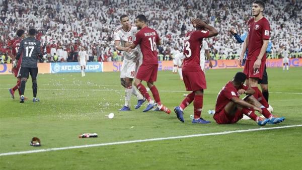 CĐV UAE ném chai nước, dép vào sân phía cầu thủ Qatar.