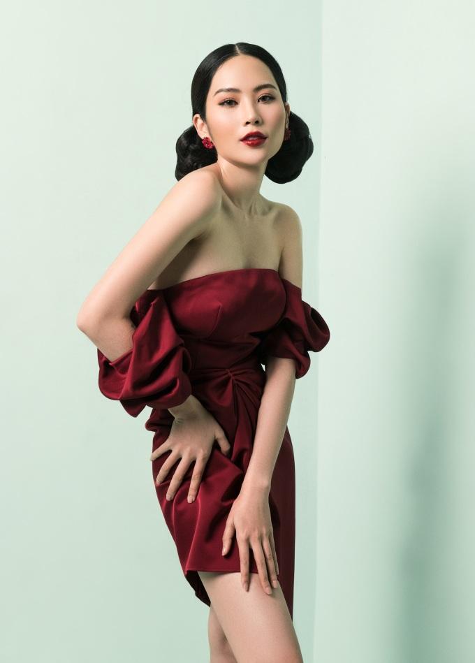 """<p> Đối với <a href=""""https://ione.net/photo/viet-nam/chi-em-nam-anh-nam-em-tung-tang-dao-pho-sau-xich-mich-3870822.html"""">Nam Anh</a>, 2018 là năm có nhiều dấu ấn và thành công khi cô đăng quang cuộc thi <em>Người mẫu thời trang Việt Nam</em> và gây chú ý tại The Face 2018.</p>"""