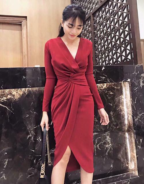 Váy xoắn gây sốt suốt năm qua nhờ có tác dụng trong việc che giấu eo thô, biến mọi thân hình trở nên chuẩn mực hơn hẳn.