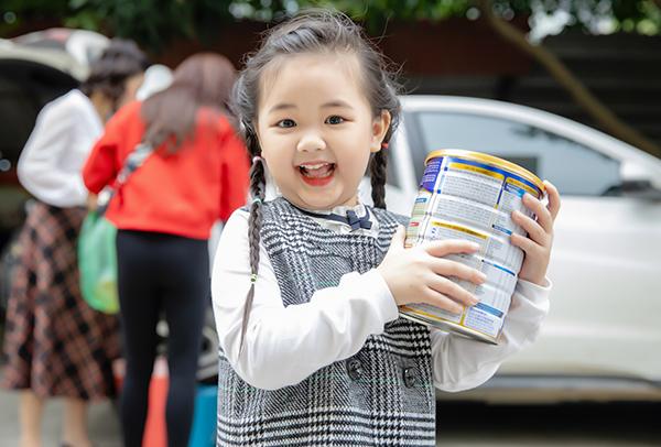 Trước Tết, hai mẹ con cũng có chuyếnđến Trung tâm bảo trợ trẻ em Hà Nội để trao tặng những phần quà ý nghĩa cho những em bé kém may mắn tại đây.