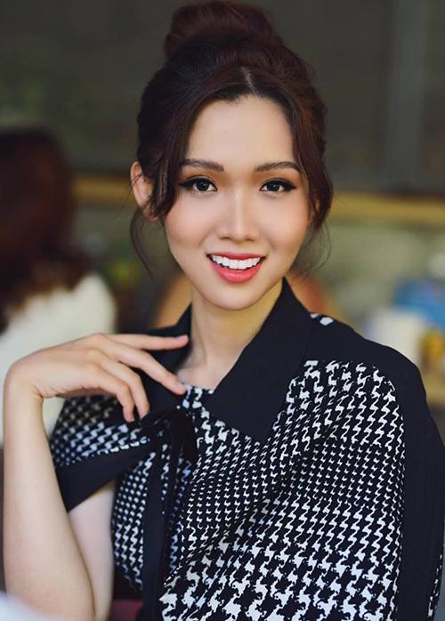Sau khi đăng quang, Nhật Hà khá im hơi lặng tiếng. Mới đây, cô gây bất ngờ khi tái xuất cùng diện mạo khác lạ. Nụ cười của người đẹp trở nên hoàn hảo hơn khi toàn bộ hàm răng được đập đi làm lại, bọc sứ trắng đều.
