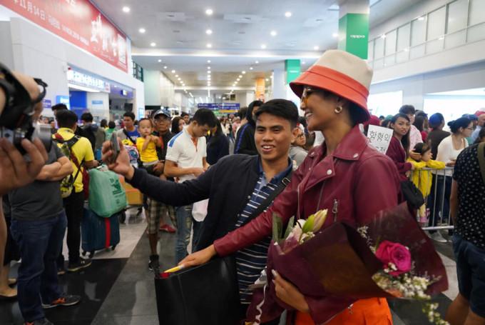 <p> Fan của H'Hen Niê tại Philippines khá đông đảo. Nhiều bạn trẻ có mặt để chào đón Hoa hậu Hoàn vũ Việt Nam tại sân bay.</p>