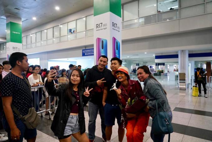 <p> Trên trang cá nhân, H'Hen Niê đăng tải hình ảnh tại sân bay. Cô cảm ơn khán giả Philippines và HLV Anjo Santos vì đã đón tiếp chu đáo.</p>