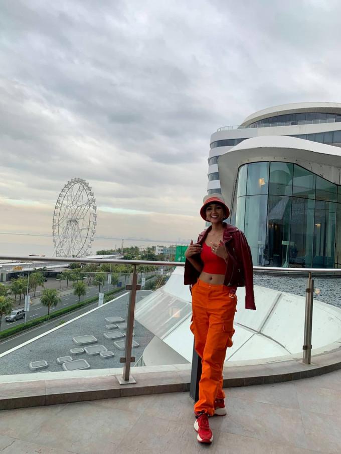 <p> H'Hen Niê diện trang phục năng động, cá tính. Cô di chuyển về khách sạn tại trung tâm Thủ đô Manila để nghỉ ngơi và chuẩn bị cho buổi gặp gỡ truyền thông Philippines.</p>