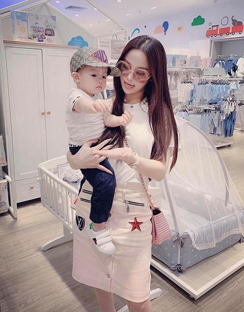 Huyền Baby đưa con trai đi mua sắm chuẩn bị về Hà Nội ăn Tết cùng gia đình.