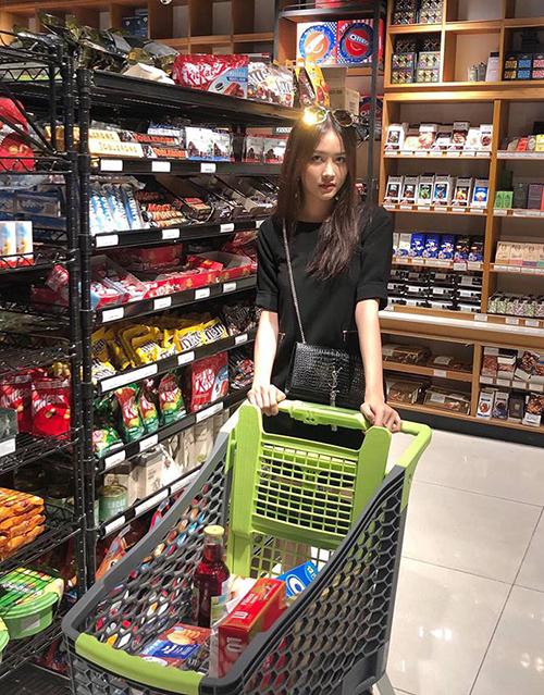 Trương Mỹ Nhân đi siêu thị sắm đồ dự trữ ngày Tết.
